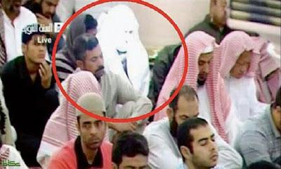 بالفيديو : حقيقة الرجل الذي يشع نورا في المسجد النبوي أثناء صلاة الجمعة.!! Haram_nabwy_20121210151833