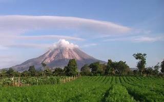 Lake Toba Supervolcano coming alive, hot steam, smelling like gas, ceramic floors houses feel hot!  Lake%2BToba%2Bsupervulcano_%2BSinabung_Indonesie%2B%25284%2529