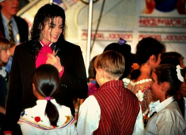 Foto di Michael e i bambini - Pagina 22 Hal%2Bthe%2Bworld%2Bmichael%2Bjackson%2Bsarajevo%2Bwar%2B(12)