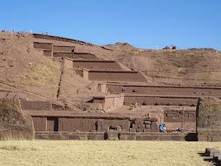 வரலாற்று சிறப்புமிக்க படங்கள் .... - Page 7 Tiwanaku%2B-%2BAkapana%2Bpyramid