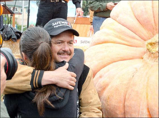 أمريكي يفوز بـ11 الف دولار بعد زراعته اكبر يقطينة تزن 773 كغم Biggest_Pumpkin_06