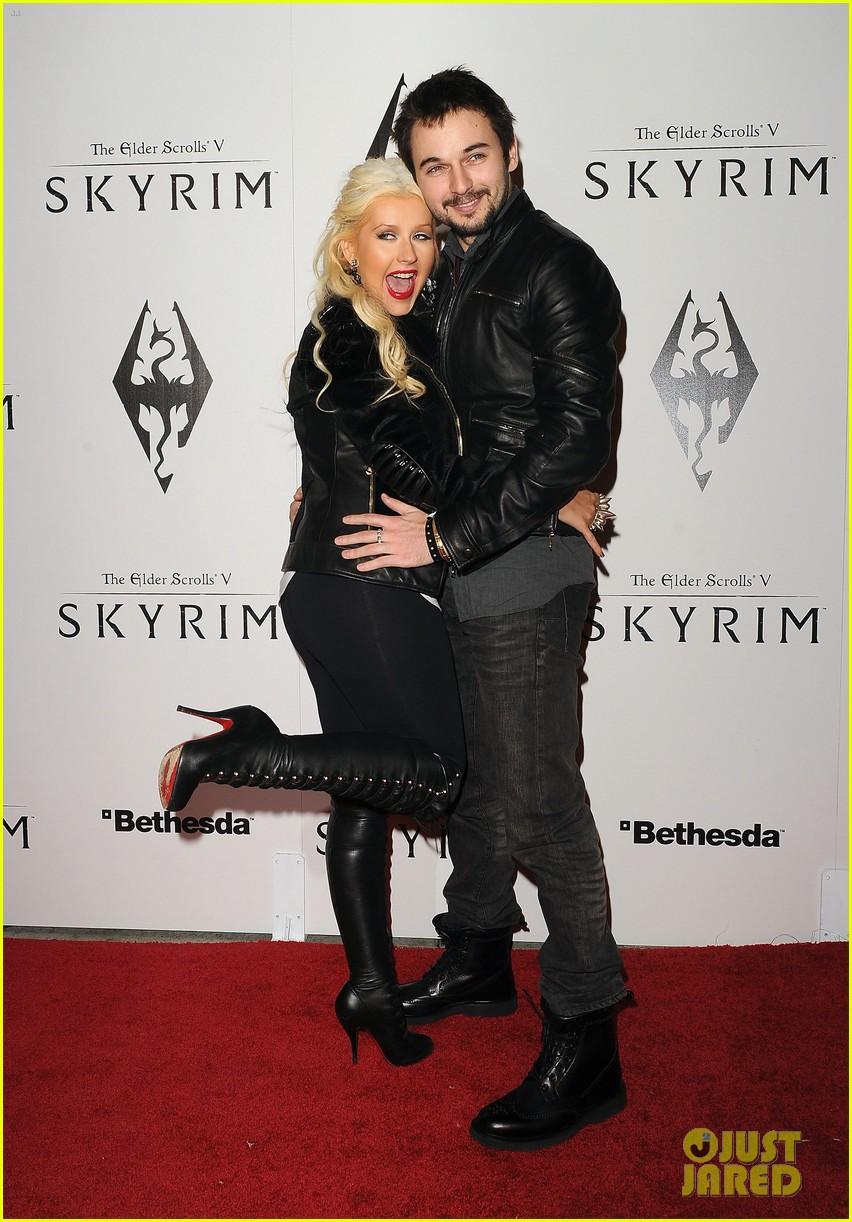 [Fotos+Video] Christina Aguilera: Elder Scrolls V: Skyrim Launch! 2011 Christina-aguilera-matthew-rutler-skyrim-launch-07