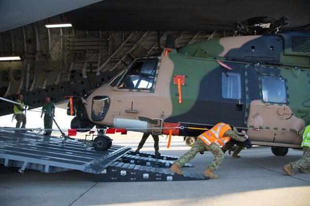Austrália - Página 4 C-17A%2Beasily%2Bfits%2Bin%2BMRH90%2Bhelicopter%2Bfor%2Bthe%2BAustralian%2BArmy%2B10