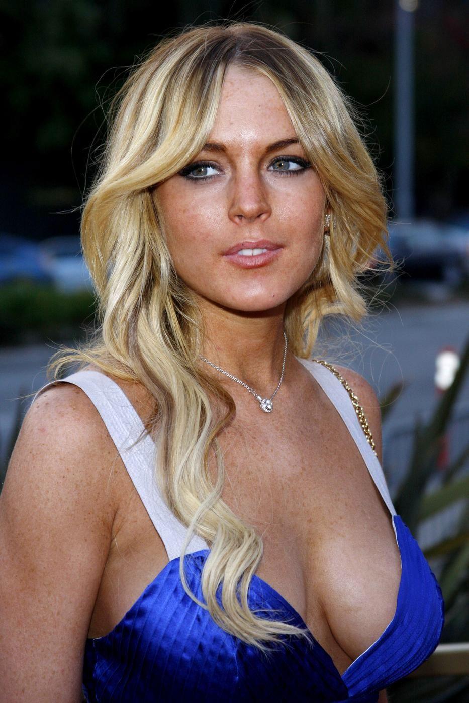 Lindsay Lohan 582008110059AM_lindsay-lohan-breasts-blue-50