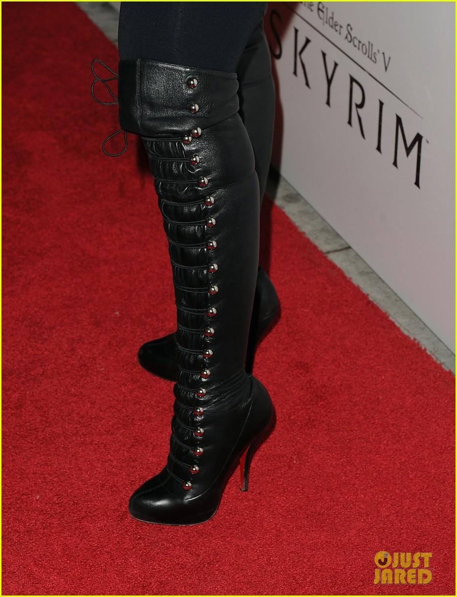 [Fotos+Video] Christina Aguilera: Elder Scrolls V: Skyrim Launch! 2011 Christina-aguilera-matthew-rutler-skyrim-launch-17
