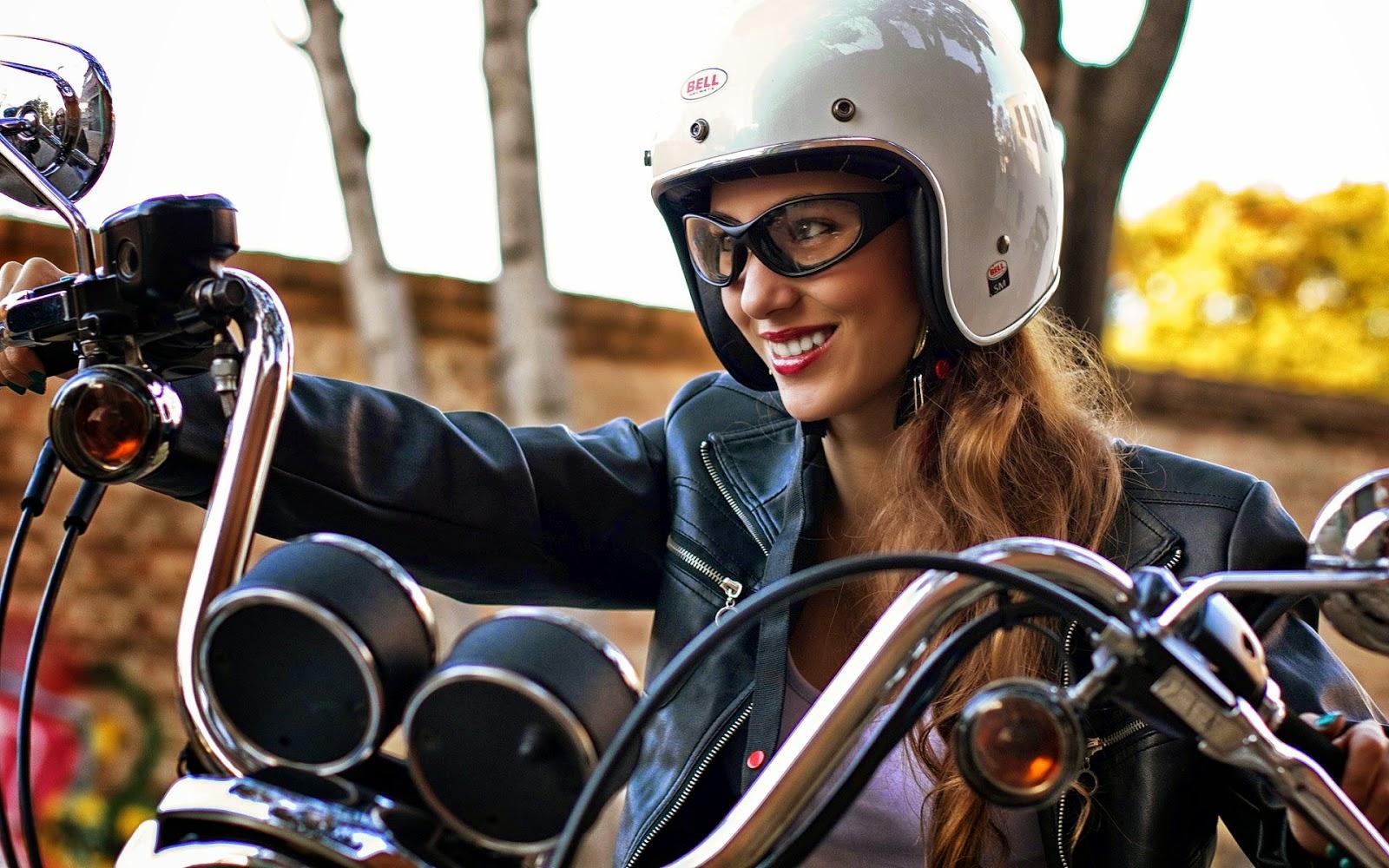 Të ndryshme! - Faqe 4 Foto-von-frau-auf-einem-motorrad-mit-lederjacke-brille-und-helm