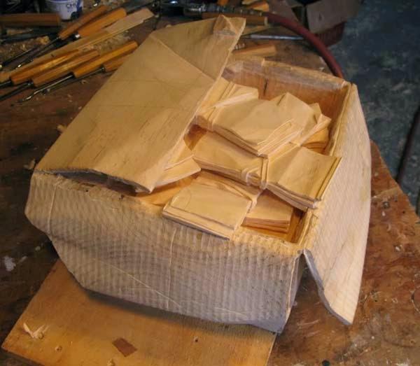 فنان يصنع النقود من الخشب 5