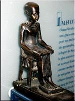 من هو إمحوتب ... رمز الأطباء ؟ Imhotep-Louvre