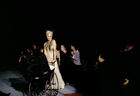 ICON >> La Reina del Pop y su legado en la MODA  - Página 2 Extra-Madonna-1995-001