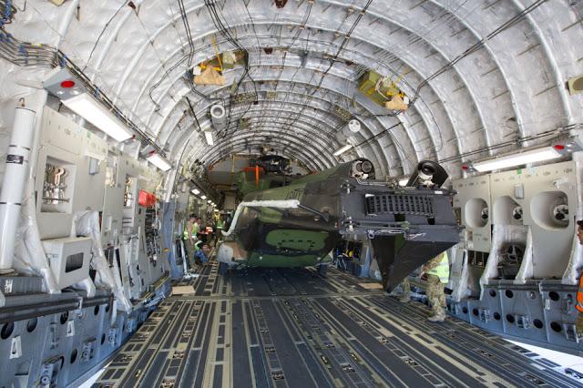 Austrália - Página 4 C-17A%2Beasily%2Bfits%2Bin%2BMRH90%2Bhelicopter%2Bfor%2Bthe%2BAustralian%2BArmy%2B4