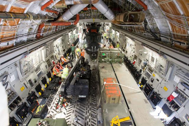 Austrália - Página 4 C-17A%2Beasily%2Bfits%2Bin%2BMRH90%2Bhelicopter%2Bfor%2Bthe%2BAustralian%2BArmy%2B6