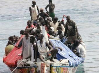 """Dicen que en Cuba... ¿La población cubana """"huye"""" del país?  Patera_llena_inmigrantes_llega_tenerife"""