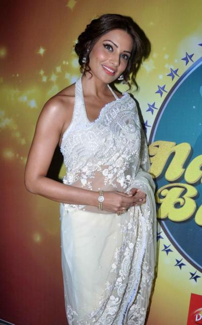 Bipasha Basu with Shilpa Shetty on Nach Baliye 5! Bipasha-Basu-Promoting-Aatma-movie-On-Nach-Baliye-11