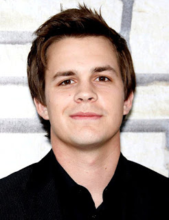 SCREAM 5 - Noticias Johnny-simmons-premiere-cinema-verite-01