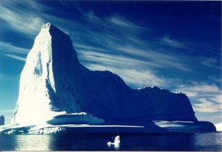Antartide: gigantesco iceberg si stacca dalla banchisa. Alla deriva nell'oceano Iceberg