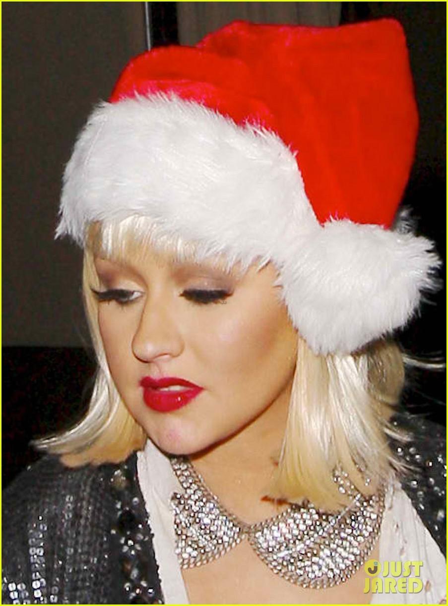 [Fotos] Christina Aguilera celebra su cumpleaños en la fiesta de despedida de The Voice 3 Christina-aguilera-sexy-santa-at-birthday-party-02