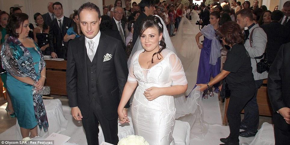 بالصور.. أطول «طرحة زفاف» في العالم طولها 3 كم Article-2041103-0E0D1CA700000578-863_964x482