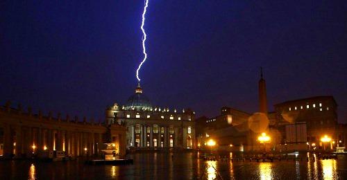 Papst Franziskus (IHS) als Führer der Weltreligion Rayo-sobre-basilica-vaticano