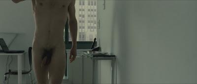 Hình ảnh toàn thân của nam diễn viên khi đóng phim BxtET