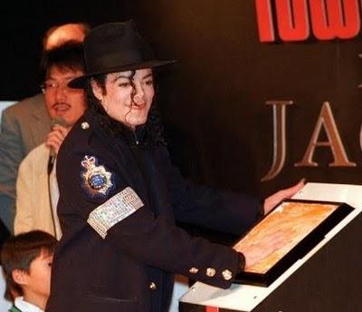 Fotos Com Histórias e Curiosidades - Página 2 Michael_Jackson_Visit_At_Tower_Records_Tokyo_1996_Japan