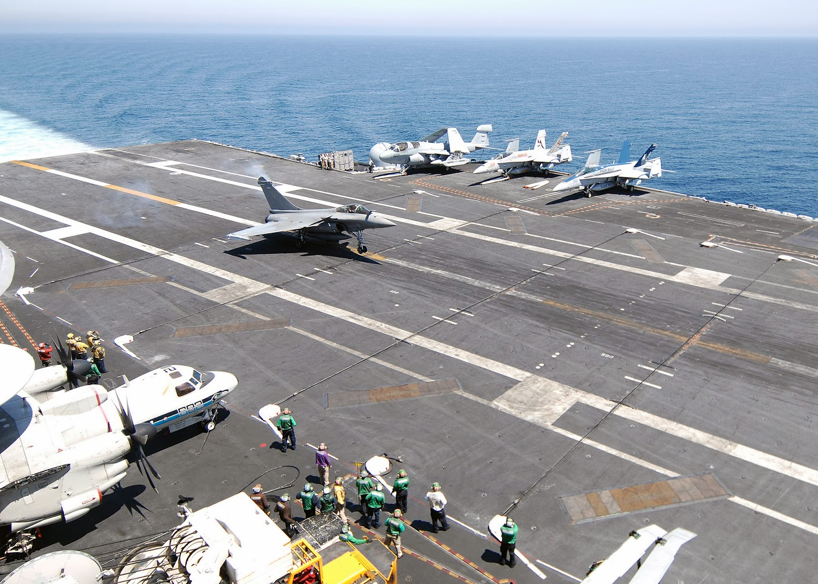 Aircraft Carrier Admiral Kuznetsov: News #1 - Page 28 US_Navy_100604-N-2921I-041_A_French_navy_Rafale_F-3_fighter_aircraft_lands_aboard_the_Nimitz-class_aircraft_carrier_USS_Harry_S._Truman_(CVN_75)