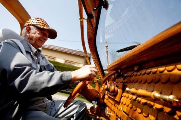 عجوز حول سيارته الى تحفة خشبية 7
