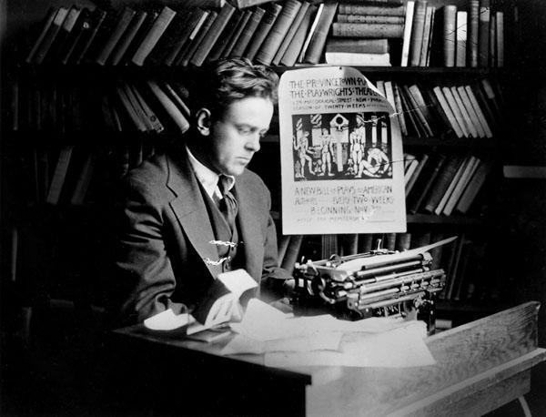 John Reed (1887-1920) - Biografía publicada en webcindario.es - en los mensajes: fotografías y enlace a un texto de Howard Zinn John-Reed-at-desk