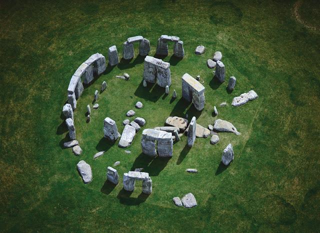 3 vendet që ruajnë enigmat e botës Stonehenge-view-up-angle