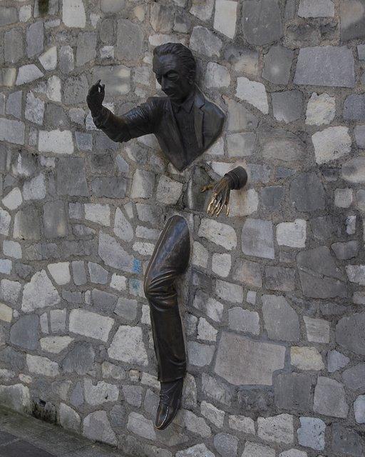 Čudne statue širom sveta 20-strange-sculptures-pI-passing-wall