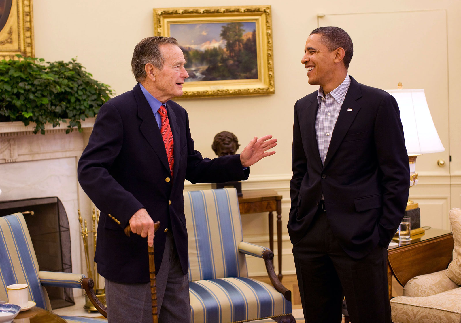 ¿Cuánto mide George H. W. Bush? - Real height George-Bush-and-Obama-in-Oval-Office