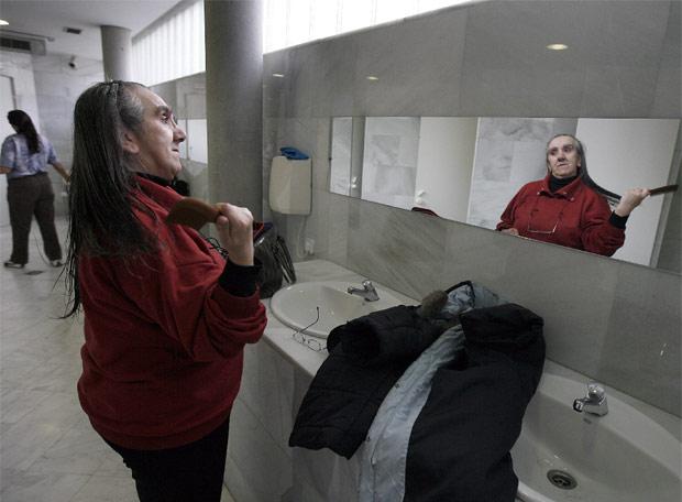 """La crisis revive las """"Casas de Baños"""" en Madrid Mujer_acicala_ducharse_Casa_Banos_Publicos_Embajadores"""