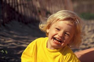 குழந்தை(கள்) - நகைச்சுவை போட்டி முடிவு Laughing-child-at-beach_9418