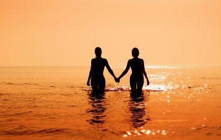 Lesbian (đồng tính luyến ái)_bạn nghĩ gì về họ?  Lesbian-silouette-in-water-holding-hands