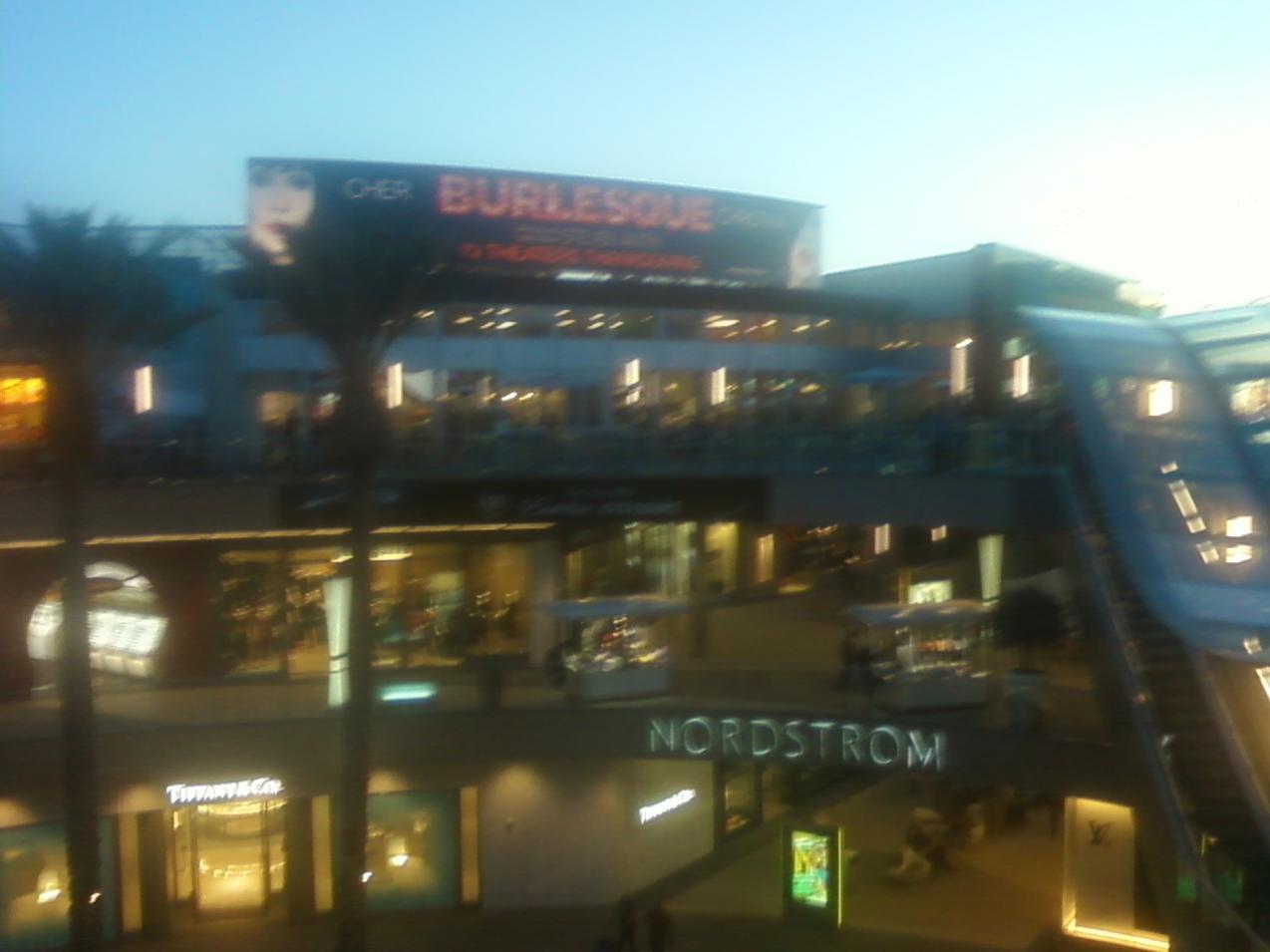 [Fotos] Comienza la Promo 'Burlesque' en las Salas de Cine (Reunamos Fotos) - Página 2 Santamo4
