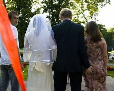 عرسان اخر زمن Funny_wedding_pictures_45