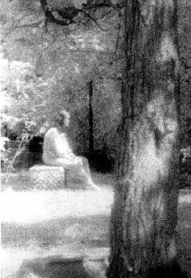P.O MILENIO BIZARRO (Paranormal, criptozoología...) Girl_on_gravestone_lg