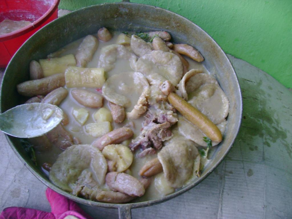 """Receta de Rondón de Pescado al estilo de Costa Rica.  Nota: El """"rondón"""" es una sopa de pescado con plátanos, fruta de pan, pimientos y especias. Sirviendo-rondon"""