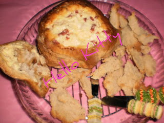 Pão recheado com queijo e.... Pao-queijo