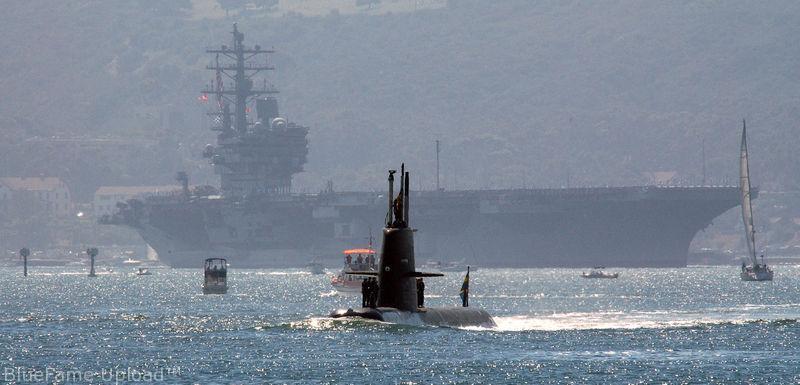 الغواصات من الفئة جوتلاند Gotland ( التي أغرقت حاملة طائرات أمريكية مرتين بكفاءة ) 800px-HMS_Gotland_with_USS_Ronald_Reagan