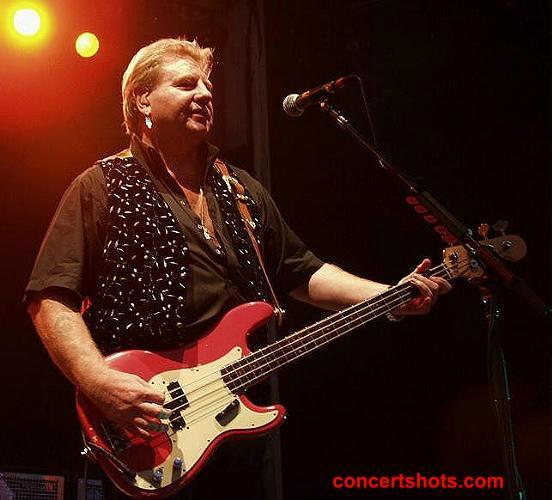 Baixistas que também cantam - Página 3 Concertshots_com-AllStarrs1(GregLake)-Atlanta81301