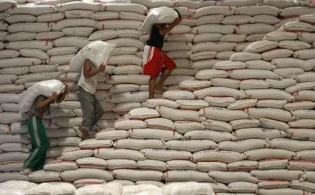 Reflexiones....... para pensar...... - Página 6 1589-trabajadores-cargan-sacos-de-arroz-dentro-de-la-autoridad-nacional-de-alimentos-foto-sin-fecha-fot