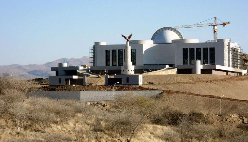 Los pueblos africanos requieren a Corea Popular para que les construyan sus monumentos 800px-New_State_House_Namibia
