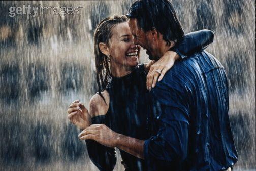 Dashuria me ane te fotografive  - Faqe 2 Couple-In-Rain-Wallpapers