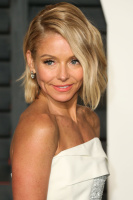 """Kelly Ripa """"2015 Vanity Fair Oscar Party hosted by Graydon Carter at Wallis Annenberg Center for the Performing Arts in Beverly Hills"""" (22.02.2015) 48x  HRVclYYt"""
