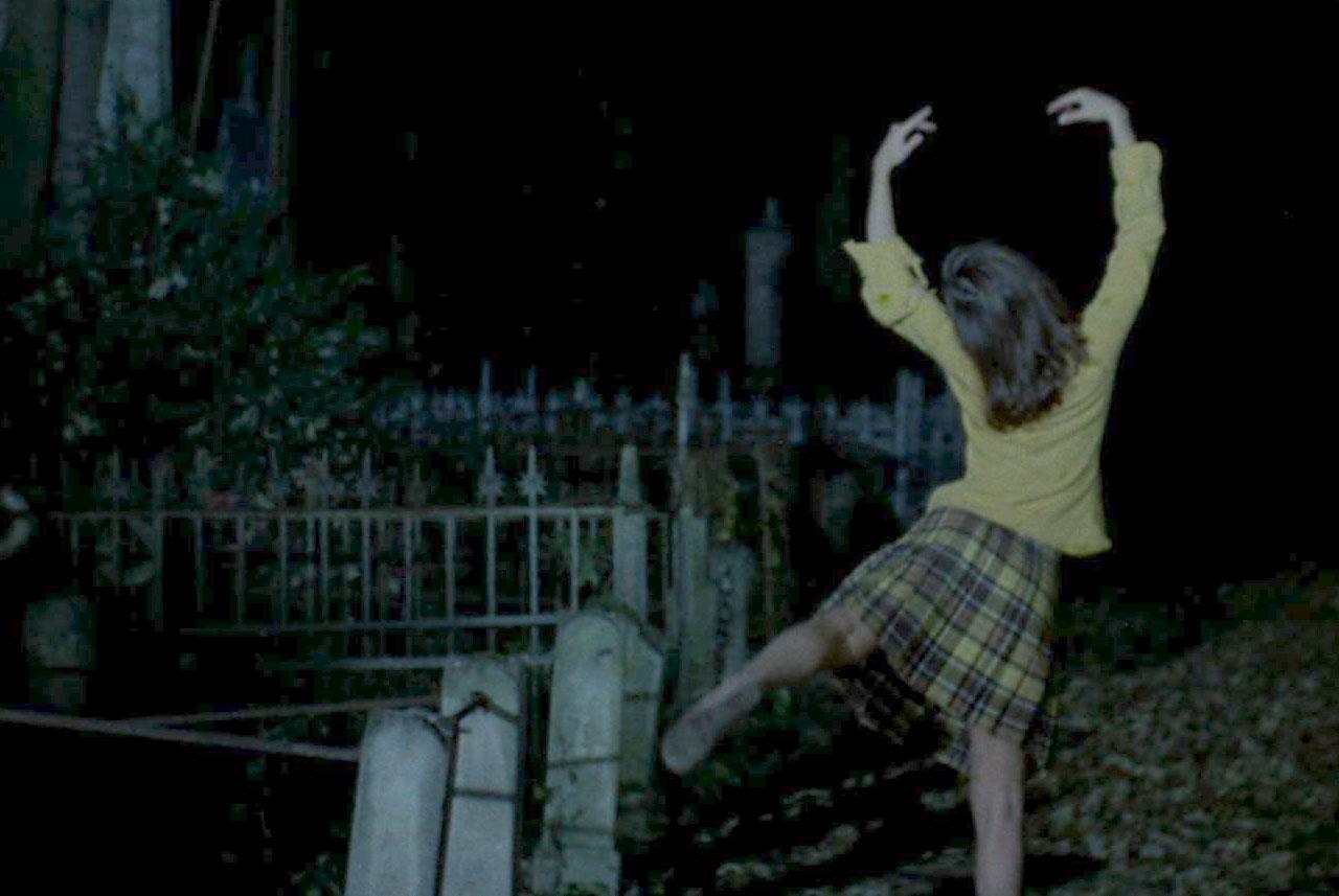un payaso en el cementerio Dance1