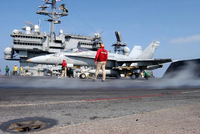 Porta-aviões (M570 - 43PM/2011)  U.S.-Navy-Photo-by-Photographer%2527s-Mate-3rd-Class-John-E.-Woods1