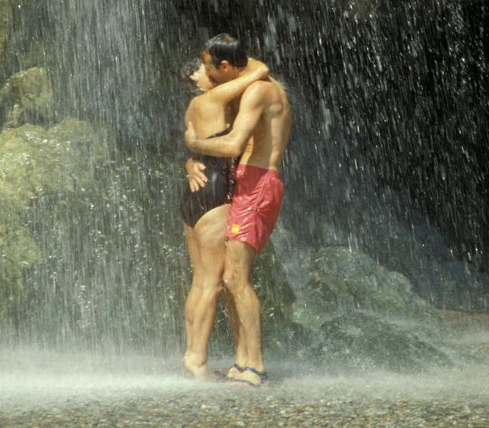 Najromantičnije mesto za vođenje ljubavi je? - Page 2 WaterfallKissCR_resize