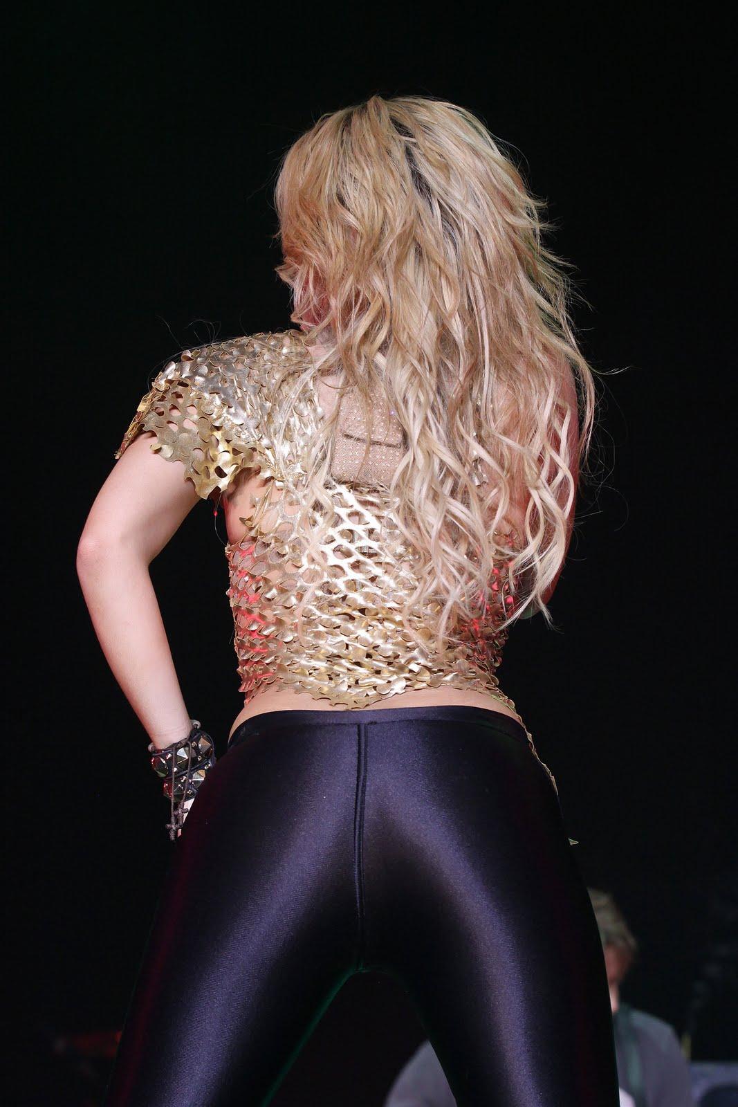 Galería » Apariciones, candids, conciertos... 78376_Shakira_PerformingliveinAssagoForuminMilanItalyMay32011_By_oTTo8_122_33lo