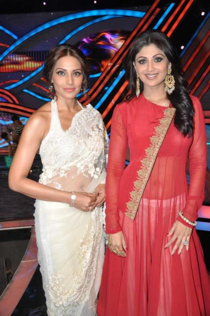 Bipasha Basu with Shilpa Shetty on Nach Baliye 5! Bipasha-Basu-Promoting-Aatma-movie-On-Nach-Baliye-20