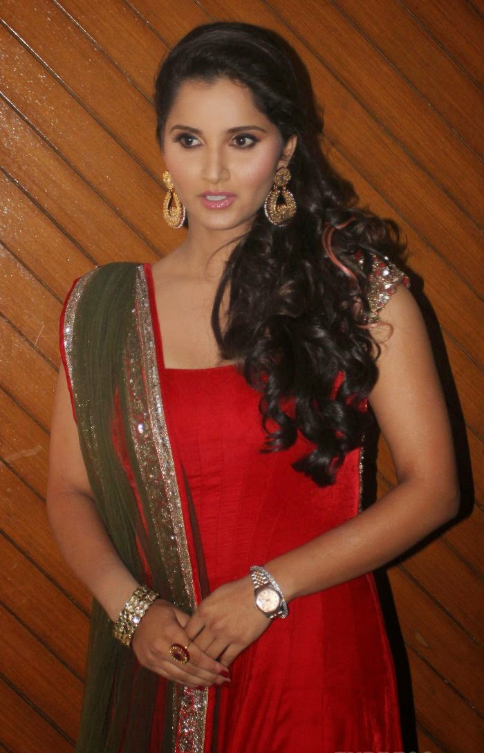 Sania Mirza - Page 6 Sania-Mirza-in-Red-Sleeveless-Anarkali-at-National-Children%E2%80%99s-Film-Festival-2014